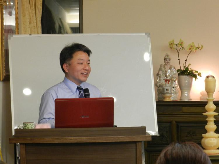 资讯平�_还将他平日修行的经验与在座的读书会成员分享,透过他本身学资讯背景